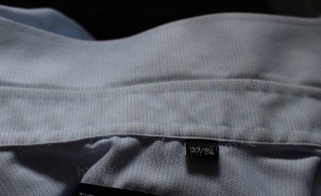 襟汚れのひどいシャツ
